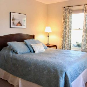 Manfield House Queen Bedroom   Sterling Ridge Log Cabin Resort