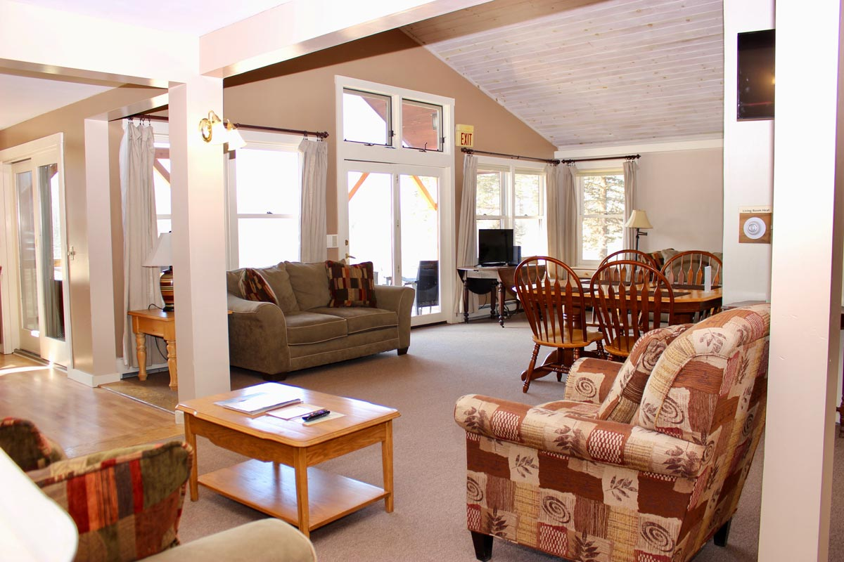 mansfield house living area | Group Accommodations at Sterling Ridge Log Cabin Resort